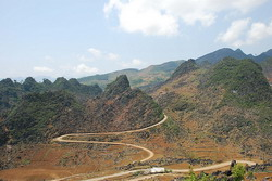 Winding road to Yen Minh, road in ha giang, deep valley, road trip in ha giang
